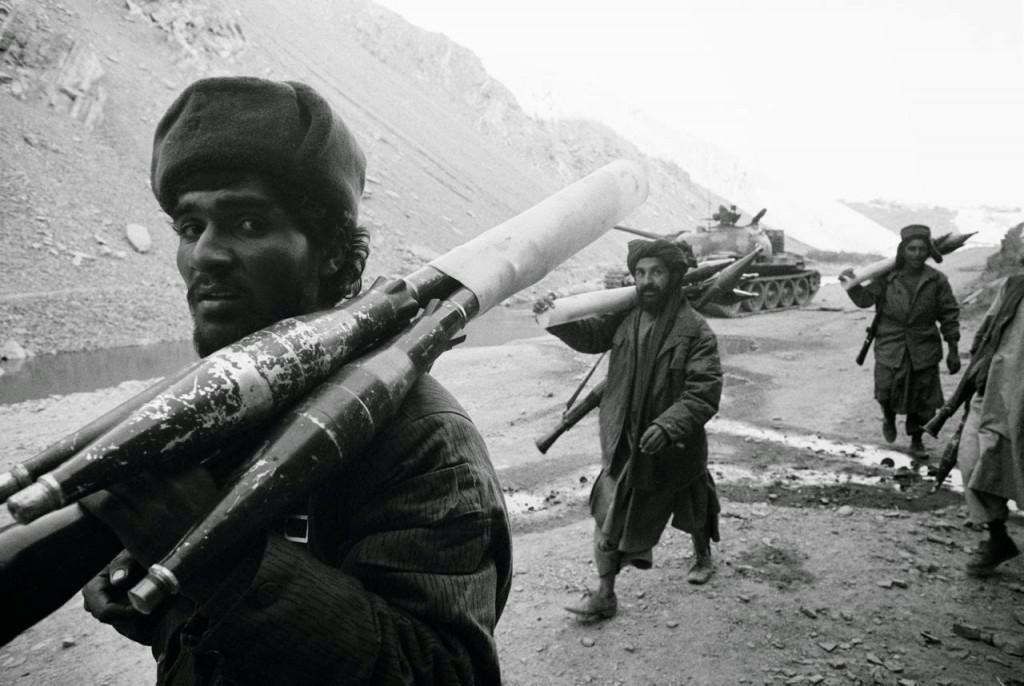 AFGHANISTAN. Combattenti talebani che si muovono contro le forze di Masood. 1996.
